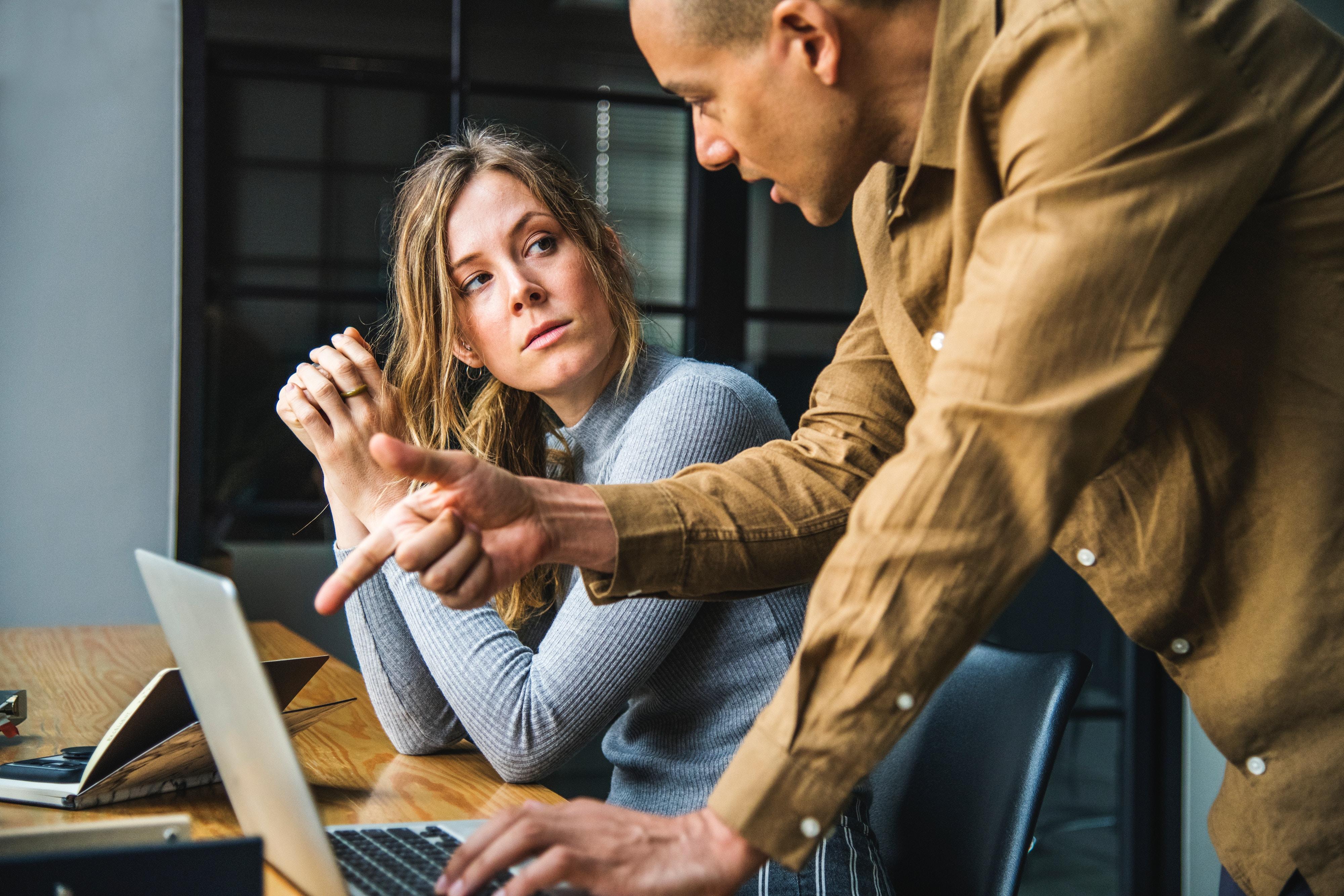 Die narzisstische Beziehung am Arbeitsplatz: Einer erniedrigt, der andere erhöht.