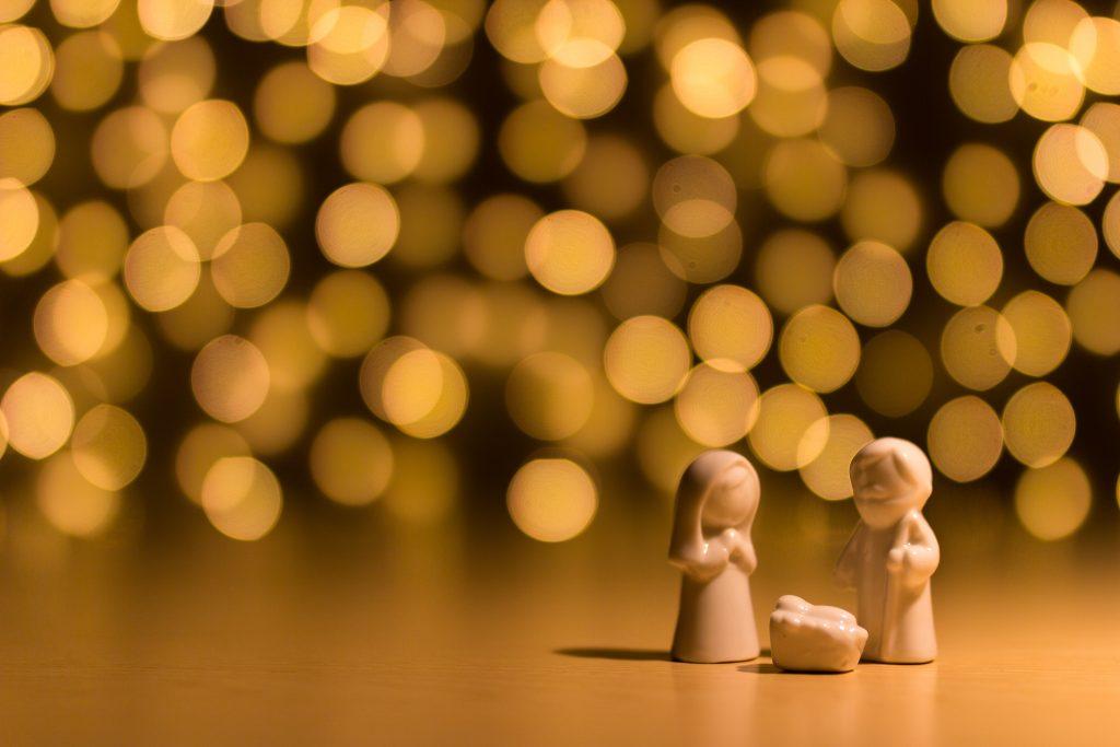 Stress zu Weihnachten umschiffst du auch, indem du dich an den wahren Sinn des Festes erinnerst.